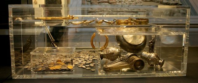 A Farmer's Misplaced Hammer Led to the Largest Roman Treasure in Britain